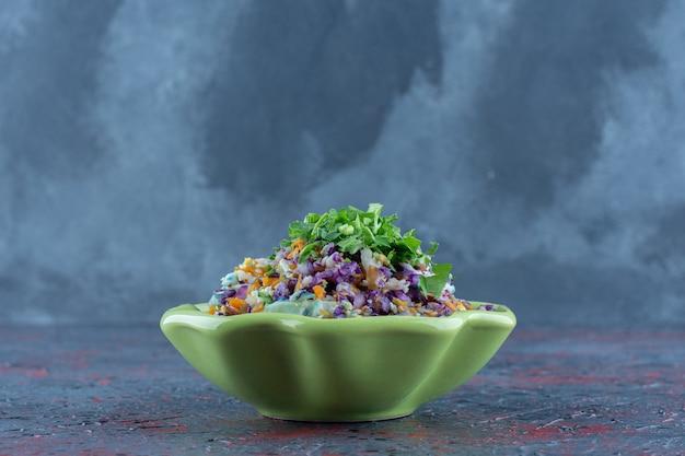 Um prato verde de salada de legumes com ervas