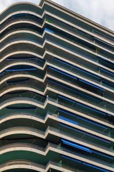 Um prédio de apartamentos moderno em monte carlo, mônaco