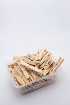 Um prendedor ou prendedor de roupa é usado para pendurar roupas para secar, normalmente em um varal. prendedores de roupa geralmente vêm em várias cores e desenhos diferentes. pode ser em plástico ou madeira