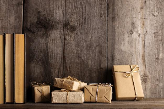 Um presente de papel artesanal em uma estante de madeira velha.