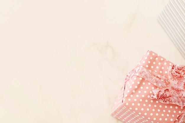Um presente em um fundo branco