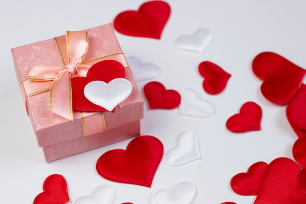 Um presente em uma linda caixa e corações