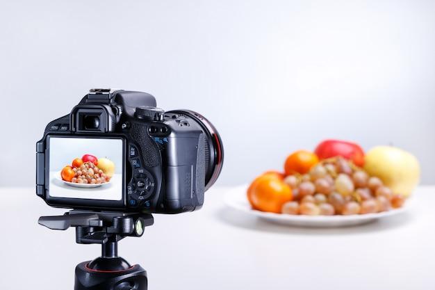 Um processo de tirar foto de frutas com câmera profissional. fechar-se