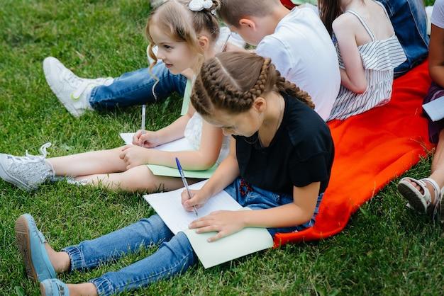 Um professor dá aula para crianças em um parque ao ar livre