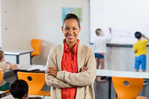 Um professor sorridente posando para a câmera
