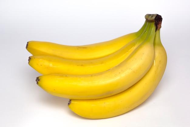 Um punhado de banana madura em um fundo branco