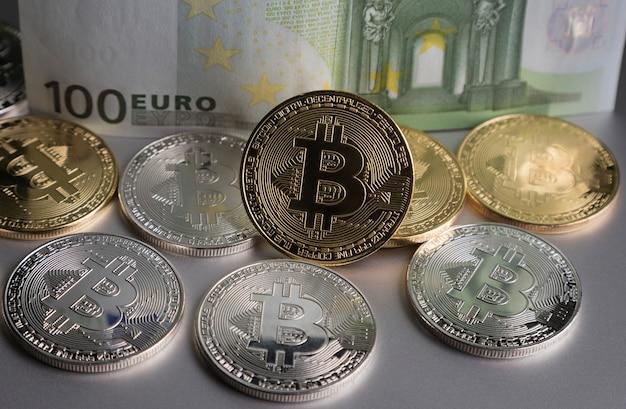 Um punhado de bitcoins de ouro e prata