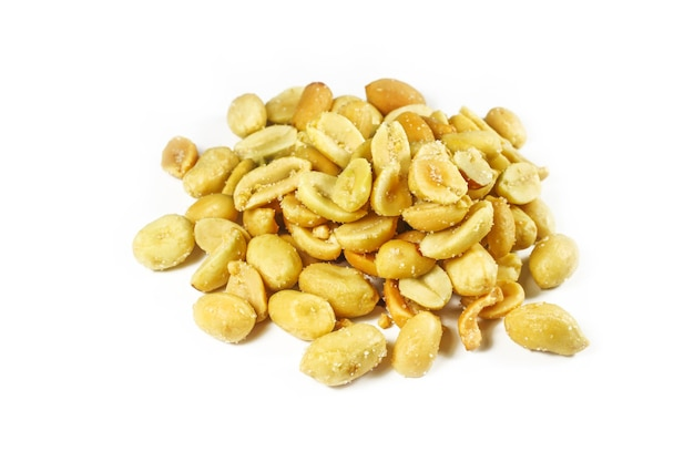 Um punhado de close-up de amendoim salgado isolado no branco