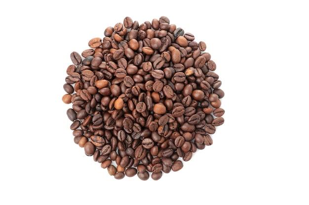 Um punhado de grãos de café em um fundo branco e isolado. fechar-se. vista de cima. grãos de café torrados.