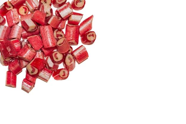 Um punhado de pirulitos de malagueta vermelha com a imagem de pimenta isolada no fundo branco