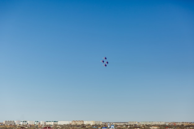 Um, quadrado, formação, de, um, grupo, de, quatro, russo, militar, jato lutador, aviões, voando alto, em, céu azul