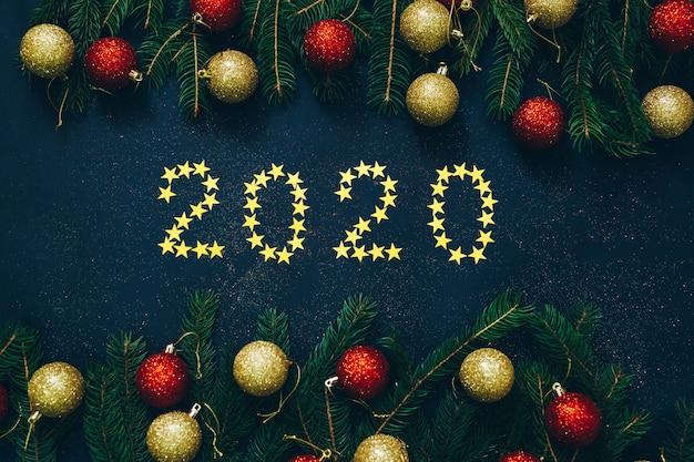 Um quadro de abeto verde e bola de natal com número 2020