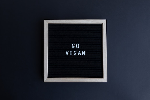 Um quadro de citações veganas em um fundo colorido