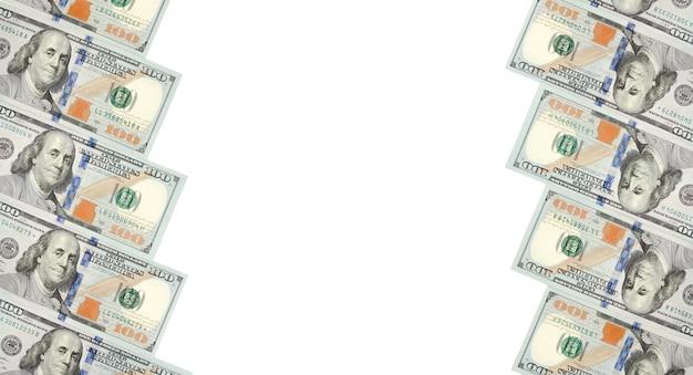 Um quadro de duas fileiras de notas de cem dólares. fundo branco na linha central
