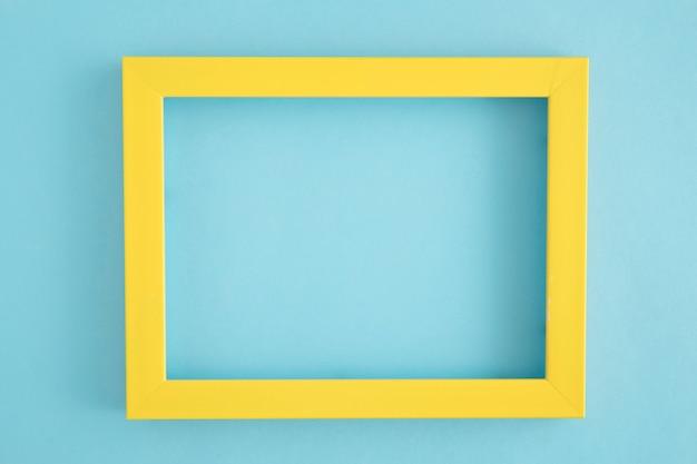 Um quadro de fronteira amarelo vazio em fundo azul