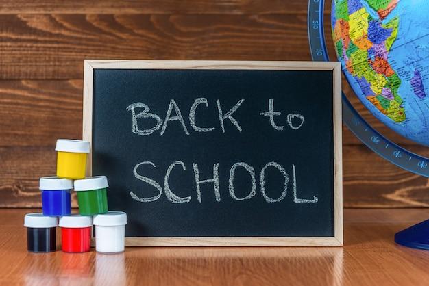 Um quadro negro com o texto de volta às aulas
