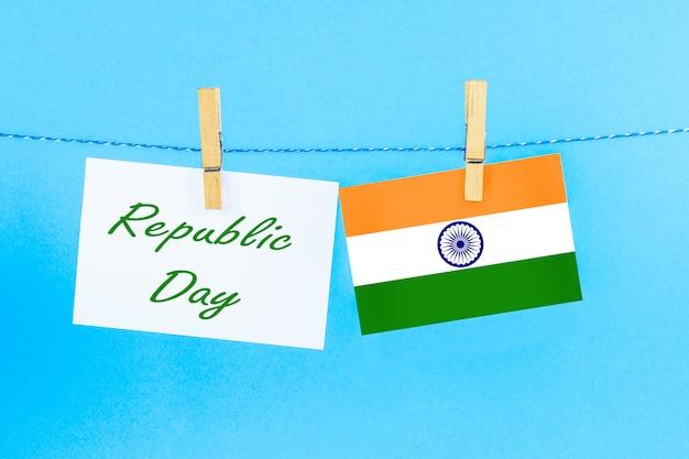 Um quadro-negro com o texto dia da república escrito nele e uma bandeira da índia.