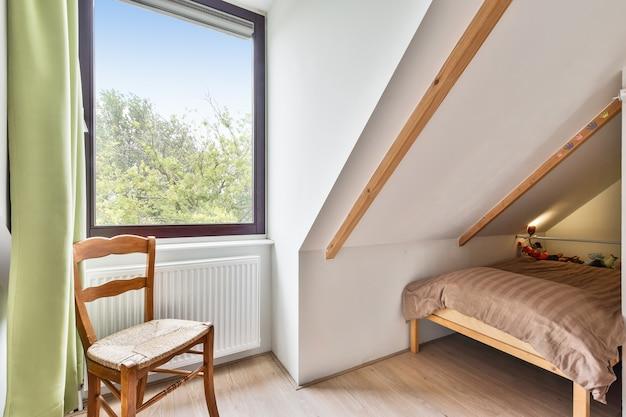 Um quarto aconchegante e espaçoso em uma casa de luxo