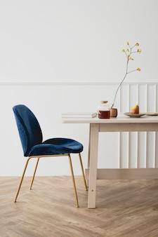 Um quarto moderno com design de interiores