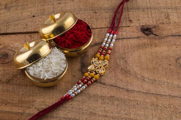 Um rakhi com grãos de arroz e kumkum. um festivo indiano.