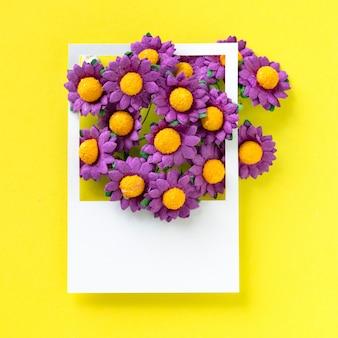 Um ramo de flores em um quadro
