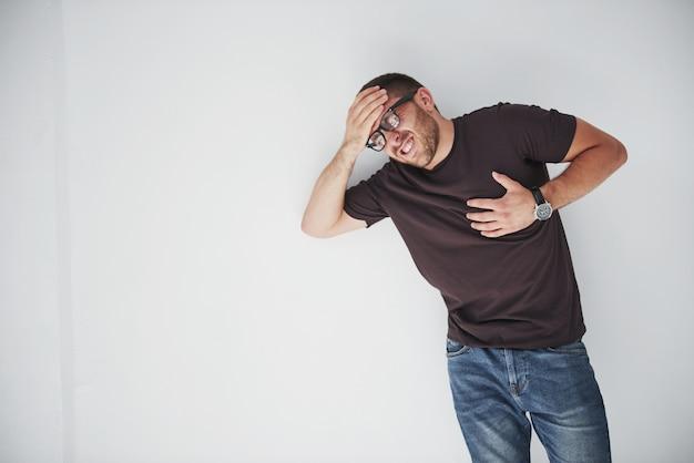Um rapaz de roupas casuais se apega ao coração e à cabeça