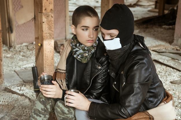 Um rapaz e uma rapariga numa favela sentam-se juntos, o romance do apocalipse