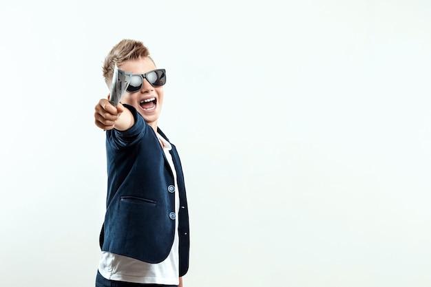 Um rapaz rico de óculos detém dólares no contexto da queda das notas. sabe como ganhar dinheiro. chuva de dinheiro, educação financeira, jovem milionário, investimentos, empréstimos, ganhos.