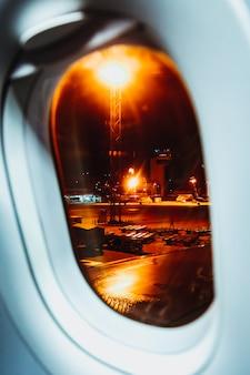 Um rápido olhar do assento da janela através de um voo noturno