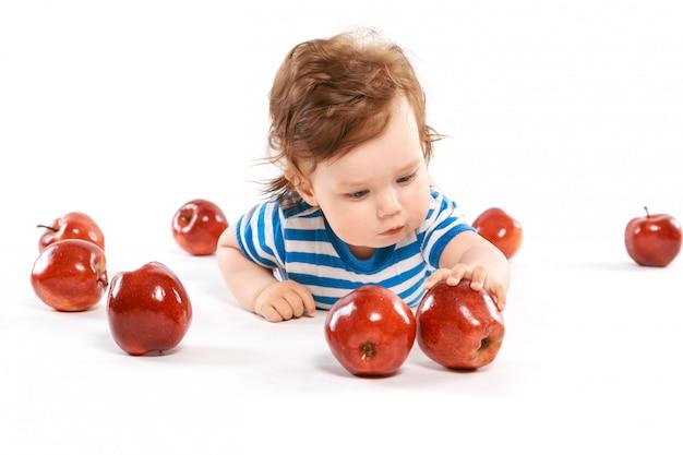 Um, recém-nascido, cercado, por, maçãs