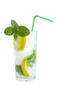 Um refrigerante, água com limão e hortelã em um homem, em uma superfície branca, isola.