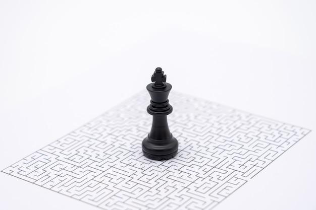 Um rei xadrez é colocado no centro do labirinto. conceitos de ideia de negócio