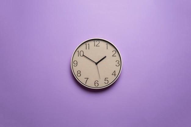 Um relógio colorido com um conceito de gerenciamento de tempo criativo de fundo abstrato