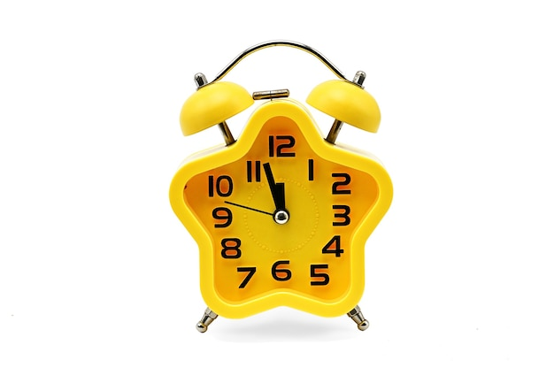 Um relógio de natal com asterisco mostrando o tempo residual até a meia-noite em um fundo branco. amarelo.