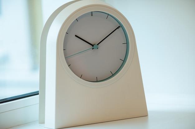 Um relógio moderno branco