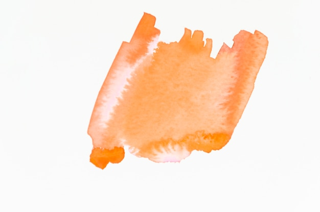 Um respingo laranja aquarela laranja abstrata, isolado no fundo branco