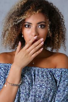Um retrato bonito de mulher negra. testa a emoção
