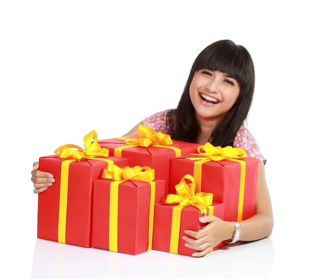 Um retrato da mulher asiática atraente santa com muitas caixas de presente.