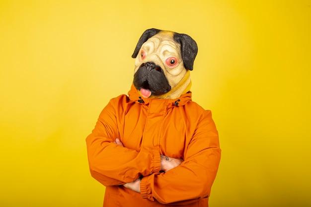 Um retrato de máscara facial de cachorro em silhueta isolada na parede amarela