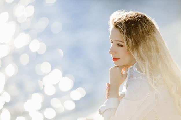 Um retrato de menina lateralmente com olhar sonhador