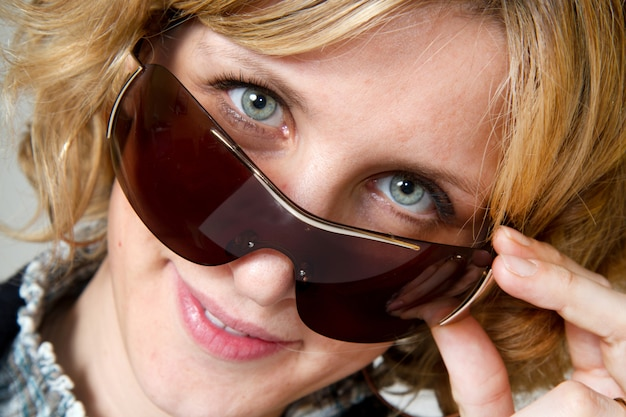 Um retrato de menina loira com óculos de sol