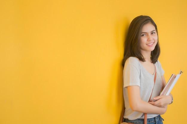 Um retrato de um estudante universitário asiático no campus