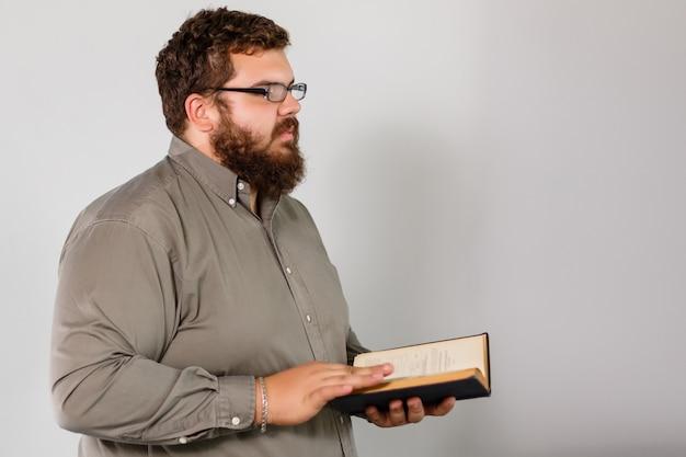 Um retrato de um homem orando isolado na cinza