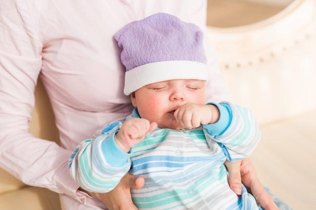 Um retrato de um lindo bebê recém-nascido