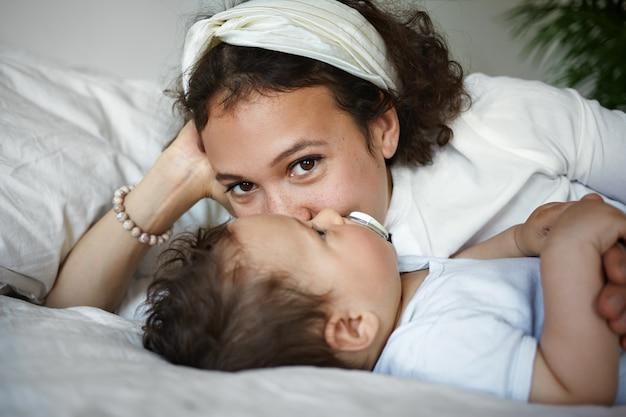 Um retrato de um menino e uma mãe