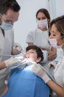 Um, retrato, de, um, odontólogo, com, seu, equipe, trabalhando