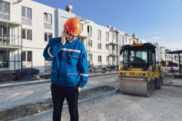 Um retrato de um trabalhador com capacete fazendo trabalho no canteiro de obras