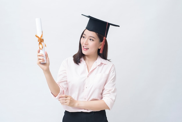 Um retrato de uma bela jovem asiática com tampa de educação, conceito de educação.