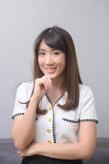 Um retrato de uma bela jovem asiática