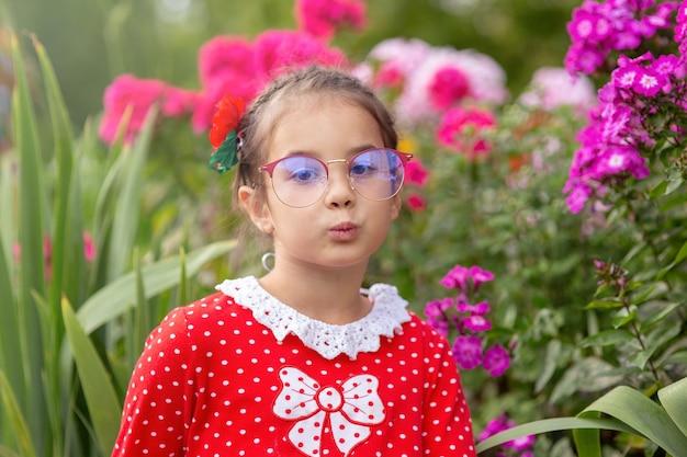Um retrato de uma divertida menina de óculos